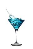 与在白色查出的飞溅的蓝色鸡尾酒 图库摄影