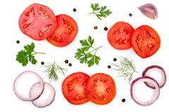 与在白色背景和干胡椒的蕃茄切片隔绝的荷兰芹叶子、莳萝、葱、大蒜 顶视图 免版税库存图片