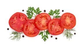 与在白色背景和干胡椒的蕃茄切片隔绝的荷兰芹叶子、莳萝 顶视图 免版税库存图片