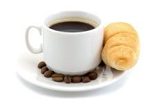 与在白色背景和新月形面包隔绝一杯咖啡的清淡的鲜美早餐 免版税库存图片