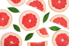 与在白色背景隔绝的叶子的葡萄柚切片 顶视图 平的位置样式 库存照片