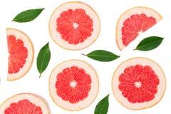 与在白色背景隔绝的叶子的葡萄柚切片 顶视图 平的位置样式 免版税库存图片