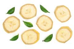 与在白色背景隔绝的叶子的香蕉切片 平的位置,顶视图 库存图片