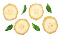 与在白色背景隔绝的叶子的香蕉切片 平的位置,顶视图 免版税库存照片