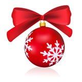 与在白色背景隔绝的弓的红色圣诞节球 可实现轻快优雅的例证 免版税库存照片