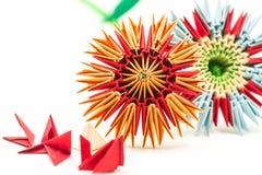 与在白色背景隔绝的模块块的两朵模件origami花 免版税库存照片