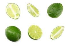 与在白色背景隔绝的橙色和绿色叶子的芒果汁 在水罐的汁液 库存图片