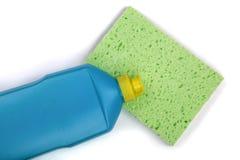 与在白色背景隔绝的清洁海绵的洗碗盘行为洗涤剂 库存图片