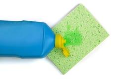 与在白色背景隔绝的清洁海绵的洗碗盘行为洗涤剂 图库摄影