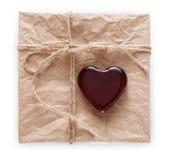 与在白色背景隔绝的红色心脏的情人节手工制造当前老纸 免版税库存照片