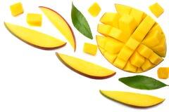 与在白色背景隔绝的绿色叶子的芒果切片 顶视图 免版税库存图片