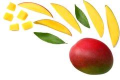 与在白色背景隔绝的绿色叶子的芒果切片 顶视图 库存图片