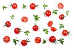 与在白色背景隔绝的荷兰芹叶子的樱桃小蕃茄 集合或汇集 顶视图 平的位置 库存图片
