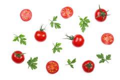 与在白色背景隔绝的荷兰芹叶子的樱桃小蕃茄 集合或汇集 顶视图 平的位置 免版税库存图片
