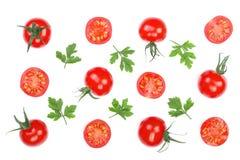 与在白色背景隔绝的荷兰芹叶子的樱桃小蕃茄 集合或汇集 顶视图 平的位置 图库摄影