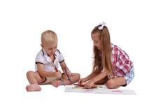 与在白色背景隔绝的铅笔的小女孩和男孩图画 准备好年轻的兄弟姐妹对学校概念 免版税库存照片