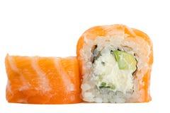 与在白色背景隔绝的三文鱼的寿司卷 免版税库存照片