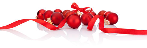 与在白色背景隔绝的丝带弓的红色圣诞节球 免版税图库摄影