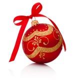 与在白色背景隔绝的丝带弓的红色装饰圣诞节球 库存图片