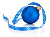 与在白色背景隔绝的丝带弓的蓝色圣诞节球 免版税库存照片