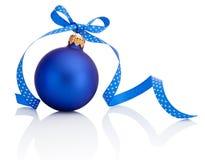 与在白色背景隔绝的丝带弓的蓝色圣诞节球 图库摄影
