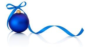 与在白色背景隔绝的丝带弓的蓝色圣诞节球 库存图片