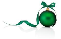与在白色背景隔绝的丝带弓的绿色圣诞节球 免版税库存照片