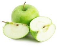 与在白色背景隔绝的切片的绿色苹果 免版税图库摄影