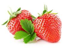 与在白色背景隔绝的叶子的草莓 免版税库存照片