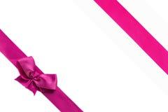 与在白色背景隔绝的弓的桃红色丝带 免版税库存图片