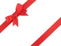 与在白色背景隔绝的弓的红色丝带,为了装饰和增加秀丽到礼物盒 库存图片