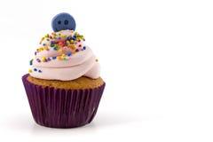 与在白色背景隔绝的桃红色奶油的杯形蛋糕 免版税库存图片