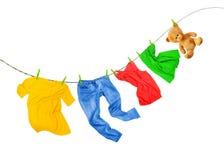 与在白色背景隔绝的色的衣裳的洗衣店线 免版税库存照片