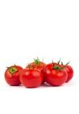 与在白色背景隔绝的绿色叶子的新鲜的蕃茄 免版税库存图片