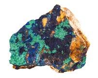 与在白色背景隔绝的绿色铜矿物岩石的深深石青蓝色 免版税库存照片