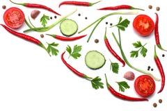 与在白色背景顶视图和切的蕃茄混合炽热辣椒隔绝的荷兰芹 免版税库存图片