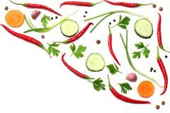 与在白色背景顶视图和切的黄瓜和红萝卜隔绝的荷兰芹混合炽热辣椒 免版税库存照片