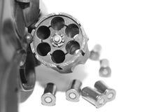 与在白色背景/黑白照片隔绝的子弹特写镜头的左轮手枪在一个减速火箭的样式 免版税库存照片