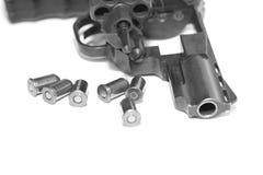 与在白色背景/黑白照片隔绝的子弹特写镜头的左轮手枪在一个减速火箭的样式 图库摄影