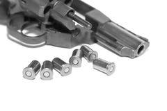 与在白色背景/黑白照片隔绝的子弹特写镜头的左轮手枪在一个减速火箭的样式 免版税库存图片