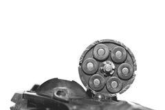 与在白色背景/黑白照片隔绝的子弹特写镜头的左轮手枪在一个减速火箭的样式 库存图片