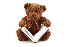 与在白色隔绝的书的玩具熊 免版税库存照片