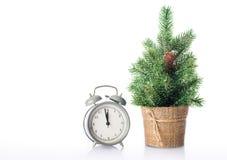 与在白色隔绝的时钟的圣诞树 库存图片