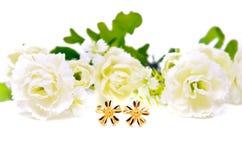 与在白色隔绝的花的金下垂有浮雕的贝壳首饰 库存照片