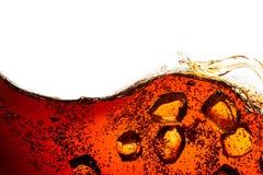 与在白色隔绝的闪耀的泡影的可乐苏打 免版税库存照片