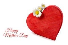 与在白色隔绝的三朵雏菊,山姆的红色木心脏形状 免版税库存照片