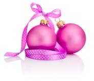 与在白色隔绝的丝带弓的两个桃红色圣诞节球 库存照片