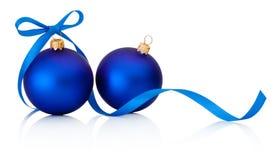 与在白色隔绝的丝带弓的两个蓝色圣诞节中看不中用的物品 库存照片