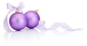 与在白色隔绝的丝带弓的两个紫色圣诞节球 库存照片