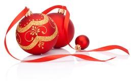 与在白色隔绝的丝带弓的红色圣诞节装饰球 库存图片